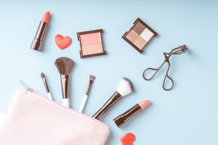 Set cosmetica producten make-up met tas bovenaanzicht, vintage stijl