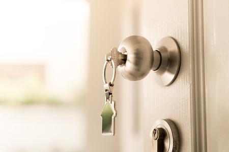Concetto di casa e complesso residenziale, una chiave per aprire la porta Archivio Fotografico