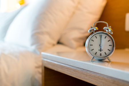 Metal Alarm clock on white bedroom Stockfoto