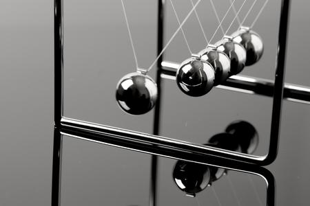 Newtons Cradle Balancierkugeln, Geschäftskonzept im Studio Standard-Bild
