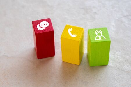 Contactez-nous icône sur puzzle coloré avec la main Banque d'images