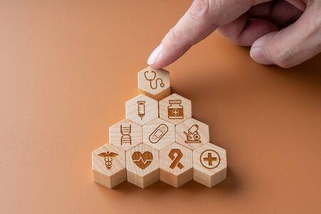 Medical icon on hexagon jigsaw for global health care Stockfoto