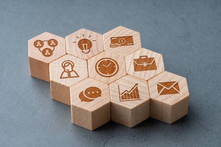 Online shopping icon on wood hexagon puzzle  Stockfoto