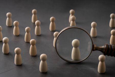 Concept mondial de puzzle en bois pour les entreprises et les RH pour le leadership et l'équipe avec poupée et main