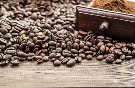 sacco juta: Cassetto di caffè macinato e chicchi di caffè in sacco di juta su tavola di legno