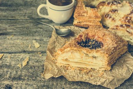 pasteleria francesa: desayuno engorde - pastelería francés, pan de dulce y la taza de café en la mesa de madera