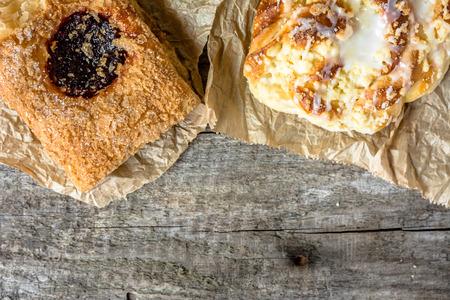 pasteleria francesa: Desayuno insalubre alimentos - pastelería francés y pan dulce en la mesa de madera, Espacio, en plano desde arriba Foto de archivo