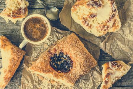 pasteleria francesa: Engorde desayuno alimentos - pastelería francés, pan de dulce y la taza de café en la mesa de madera, gastos generales aplanada