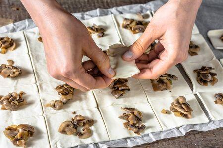 pasteleria francesa: Mano femenina masa de corte para un francés aperitivos de pastelería, el concepto de hornear
