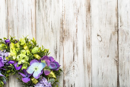 fondos violeta: Easter wreath with easter eggs and flowers, spring home decor on wooden background