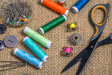 kit de costura: Sewing kit on a textile background