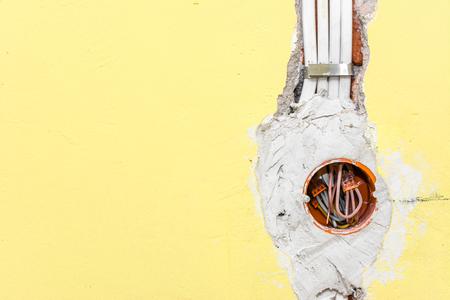 Nouvelle installation électrique, prise et câblage électrique au mur, concept de rénovation Banque d'images