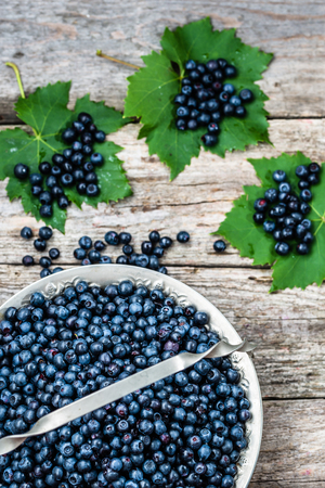 Fresh blueberries in basket on wooden table, ripe fruits from forest on farmer market, copy space, top view Zdjęcie Seryjne - 81072374