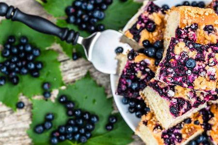 Zoete taart met bosbessenvruchten, gistcake, zomerbakconcept, van bovenaf