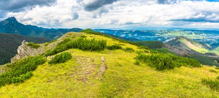 Paisaje de la cordillera, panorama del valle desde la parte superior de Boczan cubierto de hierba verde Foto de archivo - 76597361