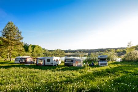 Wohnwagen und Camping auf dem See. Familienurlaub im Freien, Reisekonzept Standard-Bild - 80644000