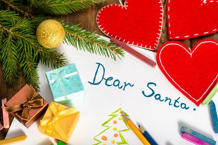 プレゼントと装飾、挨拶親愛なるサンタで白いカードに書かれたサンタ クロースに装飾クリスマスの手紙