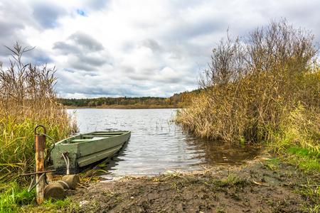 湖、風光明媚な風景は、秋の風景の曇りの天候で釣りボート