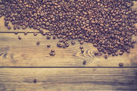 黒豆コーヒー背景、木製のテーブル、オーバーヘッドにコーヒーの粒
