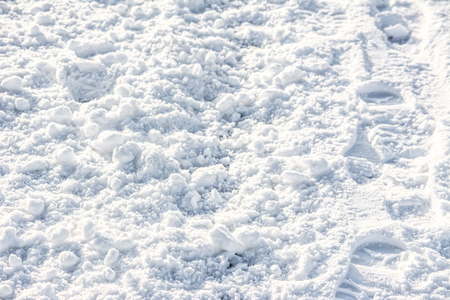 白い質感、パス上のフットプリントと雪の背景 写真素材