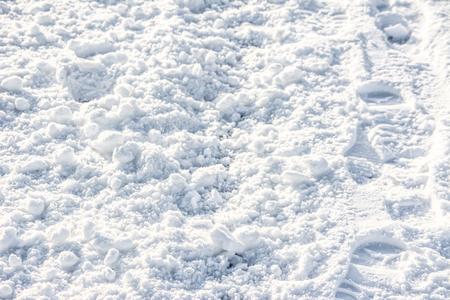 Weiße Beschaffenheit, Schneehintergründe mit Abdrücken auf Weg