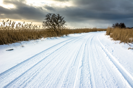 도, 호수 위에 일몰 전에 변덕 하늘 겨울 풍경