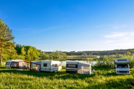 Caravanes et camping sur le lac. Vacances en famille à l'extérieur, concept de voyage Banque d'images - 86625577