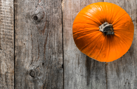 Thanksgiving pumpkin, autumn background, top view with copy space on wooden table Stok Fotoğraf - 87208971