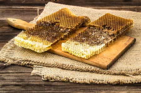 황 마, 선택적 포커스와 소박한 나무 배경에 꿀 벌집 덮여. 스톡 콘텐츠