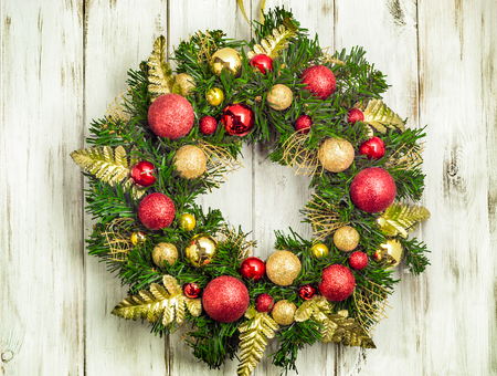 木製のドアに掛かっているアドベント クリスマス リース