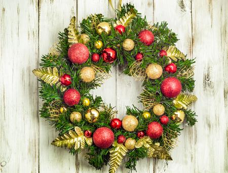 Guirnalda de Adviento Navidad colgando de la puerta de madera