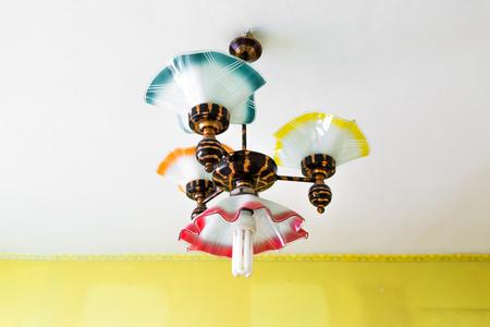 Retro kroonluchter met energiezuinige lamp die onder plafond hangt