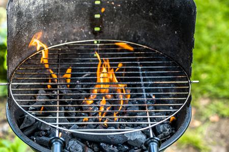 火、炭と自然、屋外のグリル、夏のピクニックのグリッドとガーデン バーベキュー グリル 写真素材