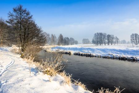 겨울 풍경, 눈과 푸른 하늘에 강