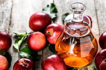 Apple cider or vinegar, bottle of drink and fresh apples, healthy organic food concept Banque d'images