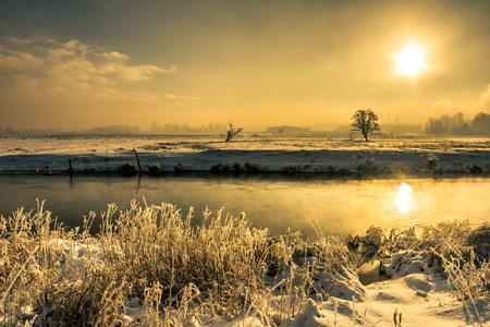 겨울 강 풍경, 물 속에서 아침 해 반사와 변덕 풍경