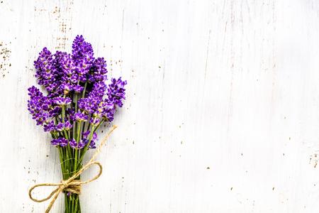 Summer flowers of lavender, bouquet on white wooden background, top view Foto de archivo