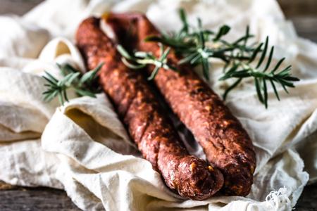 Tapas van Spanje, chorizo ??worst of salami pepperoni, traditionele Spaanse gerechten op houten tafel.
