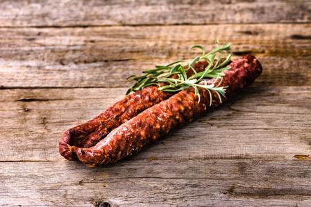 Tapas de España, salchicha de chorizo ??o salami pepperoni, comida tradicional española en la mesa de madera. Foto de archivo