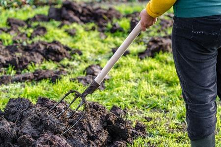 Werkende boer in de tuin, lente tuinieren, biologische landbouw concept.