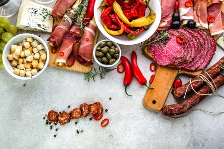 전통적인 스페인 타파스 테이블, 스페인, 다양한 요리, 차가운 고기 쵸 릿 죠, 햄, 살라미에서 음식 스톡 콘텐츠