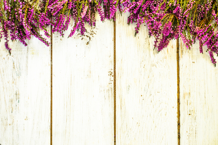 Heather flowers, autumn background, shabby chic frame Фото со стока - 90101403