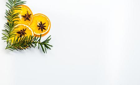 Droge oranje plakjes op witte achtergrond