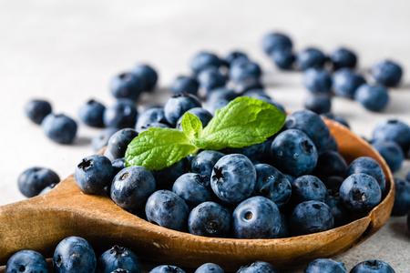 Jagody. Łyżka z jagodami, świeżo zebrane owoce organiczne.