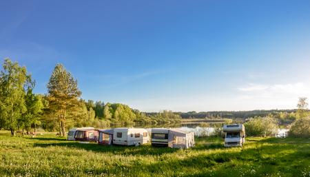 Caravanes et camping sur le lac. Vacances en famille à l'extérieur, concept de voyage Banque d'images - 91254293