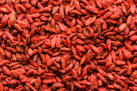goji 베리, 자연 건조 과일의 질감의 빨간색 배경 superfood, 건강 식품으로 중국 의학 성분