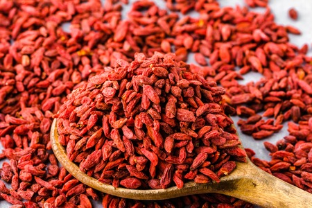 건조 goji 베리, 말린 과일 더미 숟가락, 중국 의학 superfood 개념