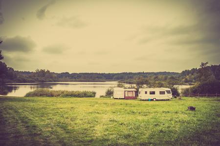 Caravane en camping sur le lac pendant les vacances d'été. Camp avec des caravanes. Banque d'images - 93552557