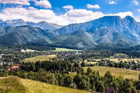 ハイキングコースからグバロウカ山の頂上までの山々の風景、夏休みに谷ザコパネで眺める