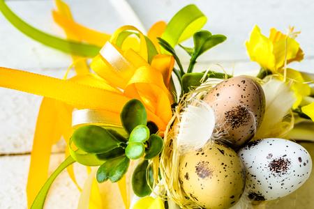Pasen-achtergrond met de lentepaaseieren en bloemen op houten lijst Stockfoto